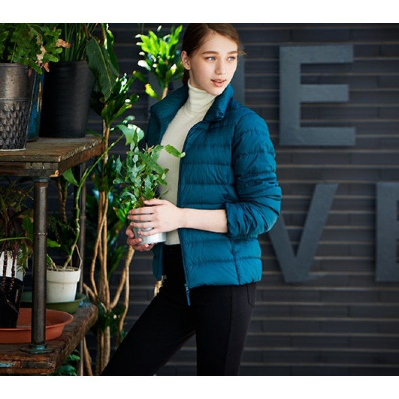 Темно-зеленая ультралегкая куртка на пуху Uniqlo