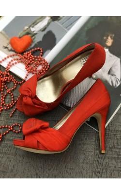 Красные шелковые туфли Pelle Moda