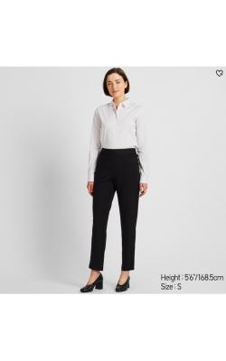 Черные зауженные брюки на резинке от Uniqlo