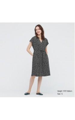 Платье Uniqlo в черно-белый принт с поясом
