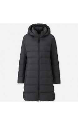 Черное пуховое пальто с капюшоном от Uniqlo